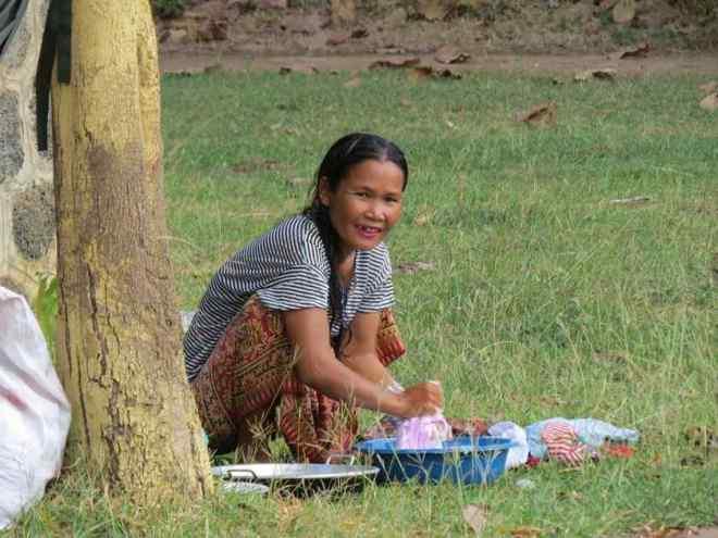 Cambogia Donna che lava i panni