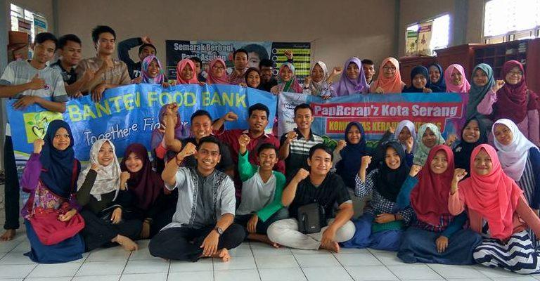 foto-bersama-tim-banten-food-bank-dengan-komunitas-papercrap