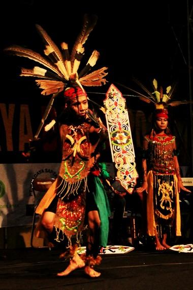 Tarian Dari Daerah Kalimantan : tarian, daerah, kalimantan, Gerak, Teatrikal, Mandau, Memukau, Indonesia