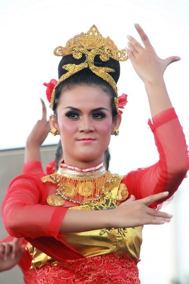 Tari Ketuk Tilu Berasal Dari Daerah : ketuk, berasal, daerah, Bajidor, Kahot,, Kreasi, Menggabungkan, Tradisional, Indonesia