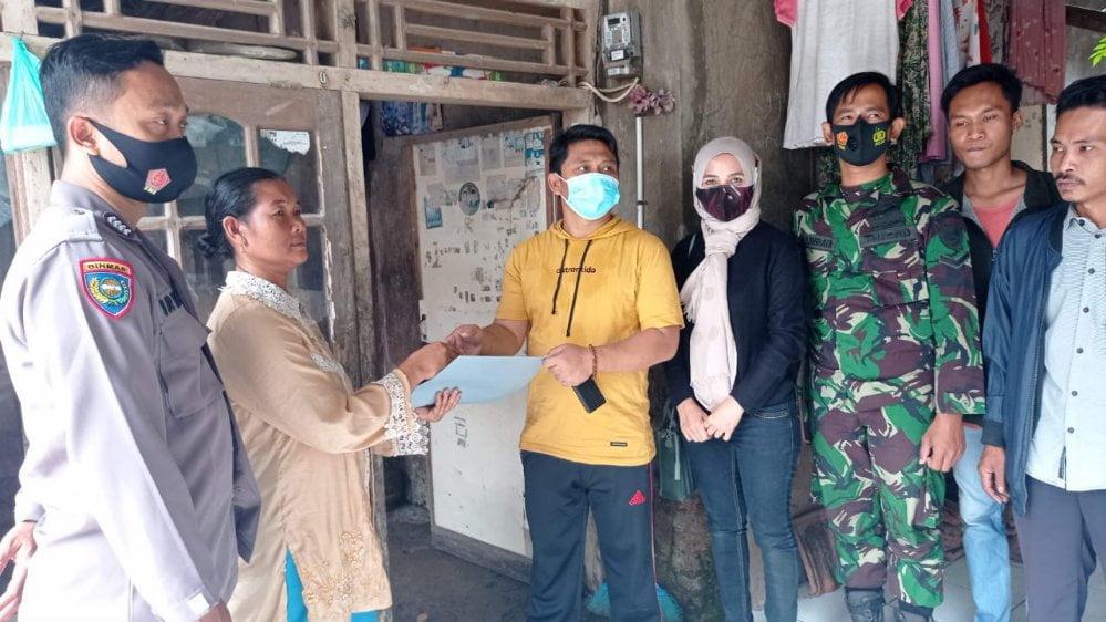 Camat Curug, Ahmad Nuri saat memberikan bantuan, Minggu (31/1/2021).