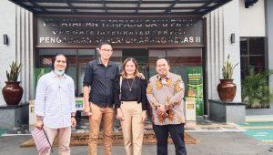 Eunike Selvianna bersama sang suami dan ditemani kuasa hukum saat di PN Cikarang, Kamis (2/9/2021). Foto: Indonesian Post