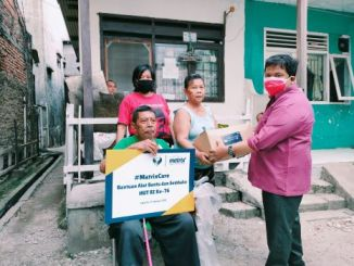 Ketua PBHM Ralian Jawalsen memberikan bantuan tongkat dan sembako kepada warga Durensawit, Jakarta Timur.