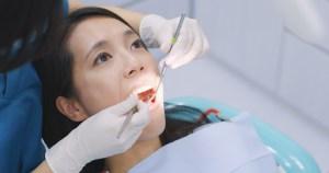 Melakukan Pemeriksaan Gigi