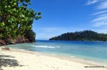 laut biru kehijauan & pasir putih
