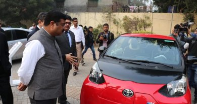 Petrol Minister test drives Toyota Hydrogen car; Urges Auto sector to make green, affordable tech