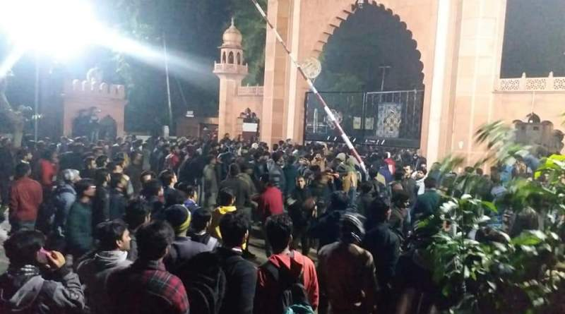 Police fire tear gas, water cannons at Aligarh Univ students after Jamia events
