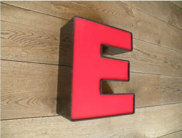 letterlamp zwart rood E 2