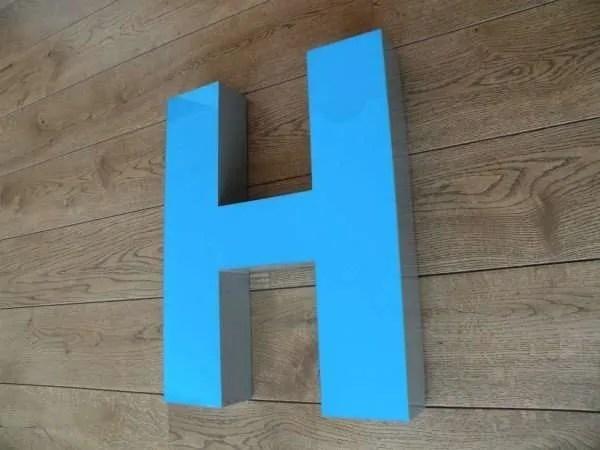 Letterlamp blauw H zijkant