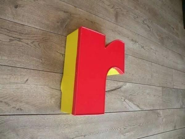 Letterlamp rood geel r zijkant 2