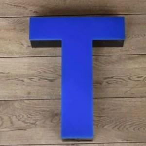 Blauw zwarte lettterlamp T