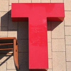 rode letter T sign met verlichting 1