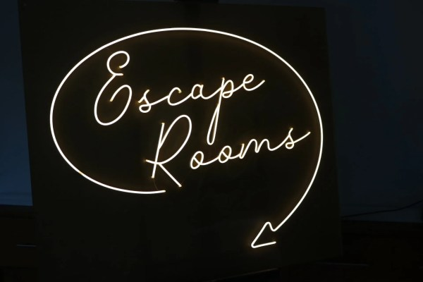 LED NEON escape rooms 2