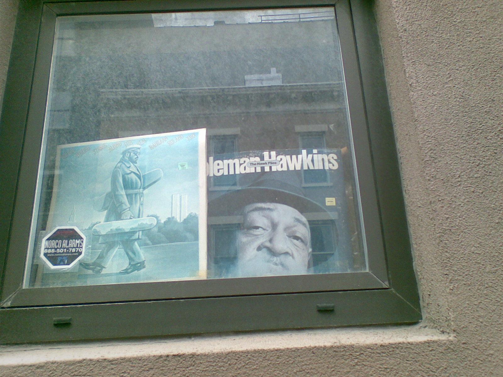 Kõndisin kodu lähedal tänaval ja nägin aknakaunistust - paistab, et keegi on Coleman Hawkinsi fänn
