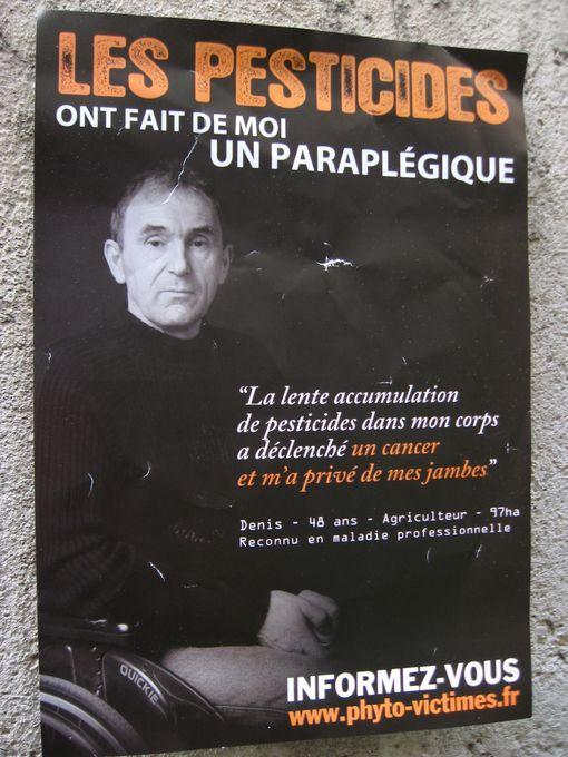 Les paysans malades des pesticides : Affiche de l'association Phyto Victimes • Crédits : Ines Leraud - Radio France