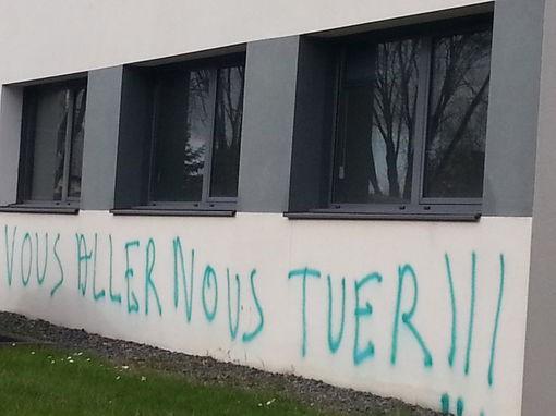 Un tag sur un des bâtiments de la Cooperl à Lamballe• Crédits : Johan Moison - Radio France