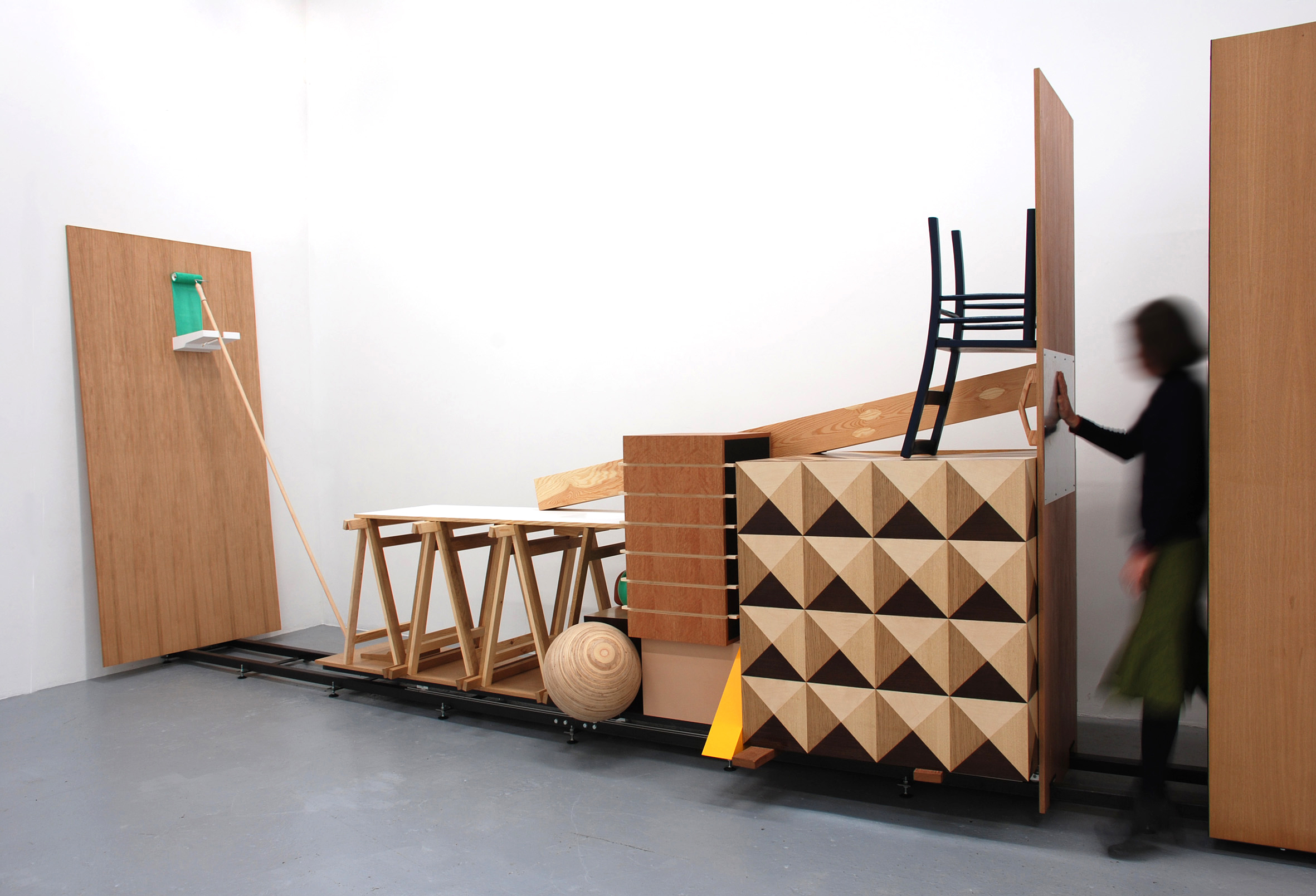 'The Traveling Riddle', 2009, hout,verf,metaal,kunststof, 245x910x132cm, Courtesy Stella Lohaus Gallery, Antwerpen