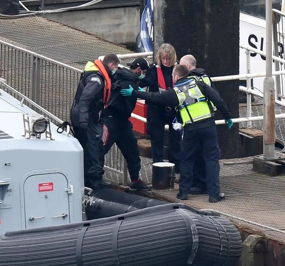 52名難民從法偷渡到英 港口被警方截獲 偷渡讓防疫難度加大_騰訊新聞
