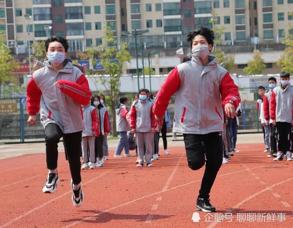 初中生體育課戴口罩跑步猝死引熱議 到底是不是口罩惹的禍?_騰訊新聞