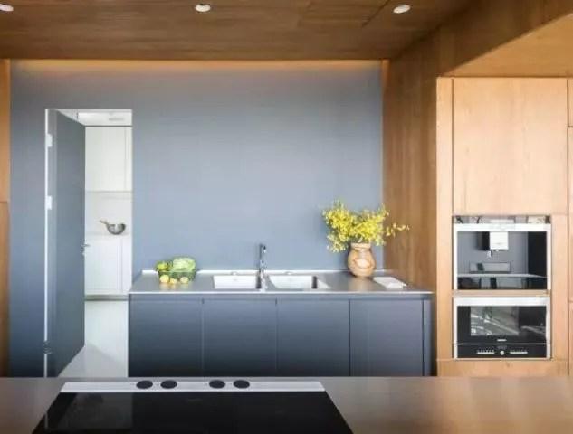 grey kitchen backsplash faux brick 高级灰厨房 男人的最爱 腾讯网 大理石台面 后挡板设计 不仅丰富了整体空间的色调与层次 而且凸显厨房的时尚范儿 烘托出高端的气息