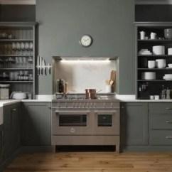 Chrome Kitchen Chairs Walnut Cabinets 开放式厨房搁置 40个优雅的例子 展示不同的厨房设计 使用你的开放式货架来引入一个新的表面 这个白色的 木炭和铬的厨房连接到木后面的走廊 额外的壁架举行晚餐centrepieces和质朴的镜头玻璃