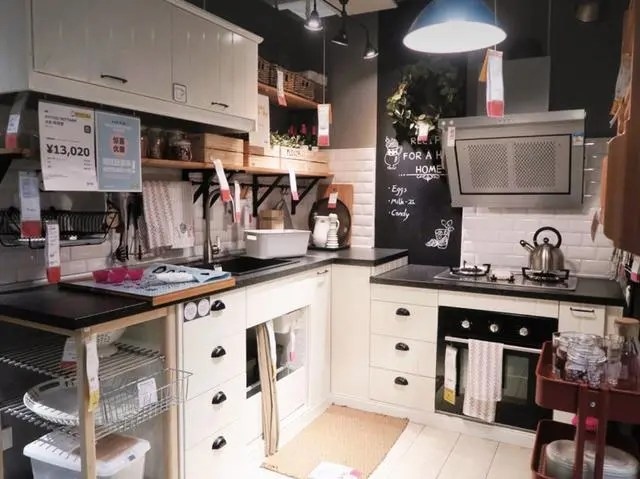 ikea kitchen countertops the home and store 从宜家厨房学到的10个套路 让厨房增容5 都不止 太聪明了 腾讯网 吊篮 吊杆 置物架 这些收纳装置将厨房的墙面空间都利用起来了 而且下厨的时候找锅铲 调料随手一拿就可以了 非常方便