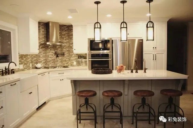 kitchen back splashes sink plumbing 选择合适的厨房灯具 让做饭更加行云流水 腾讯网 这种情况在很多家庭都会存在 但是如果我们能在装修时就考虑到厨房灯具的安装位置和选购类型 这种血光飞溅的事情就可以避免了 那么 我们在选购厨房灯具的时候要注意
