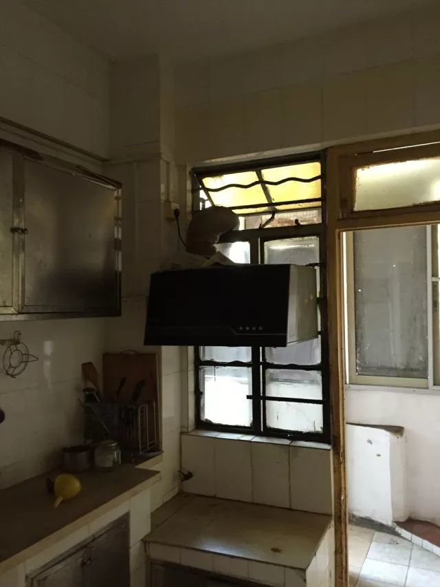 kitchen facelift pendant lights 彻底改造反人性空间布局 这个100 的残破老房犹如整容前后对比 腾讯网 改造前厨房