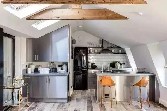 industrial kitchen stools macy's towels 作为一个型男 没有这样的厨房怎么能下厨 腾讯网 而且工业风厨房还有很多可以融入的元素 例如墙壁上的钢管装饰 黑色的吊灯 高脚凳子 以及用钢管作桌腿的餐桌 这些元素组合起来给了我们视觉上很强的 工业感 这样