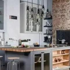Industrial Kitchen Stools Picnic Table 作为一个型男 没有这样的厨房怎么能下厨 腾讯网 当然工业风也没必要完全冷冰冰 更适用于我们现代家庭装修的是柔和一些的工业风 我们加入一些比较居家温馨的元素就好了 例如有些别致造型的玻璃吊灯 原木色的餐桌