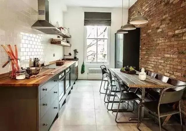 industrial kitchen stools 48 sink base cabinet 作为一个型男 没有这样的厨房怎么能下厨 腾讯网 而且工业风厨房还有很多可以融入的元素 例如墙壁上的钢管装饰 黑色的吊灯 高脚凳子 以及用钢管作桌腿的餐桌 这些元素组合起来给了我们视觉上很强的 工业感 这样