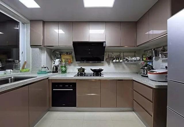 tile flooring kitchen chandelier lowes 原来厨房还能这样贴砖 非常漂亮 一看就让人喜欢 腾讯网 1 厨房地板贴砖有多种材料 首先我们说一下瓷砖 地板瓷砖可以贴玻化砖 通体砖等 瓷砖更好打理 地板湿了也不怕 一拖就干净 脏了也好清理 款式图案也多 可以