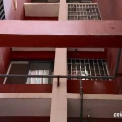 Kitchen Swags Building A Cabinet 毛贼入室盗窃再被擒公安追回赃物达45万 楼外的楼梯间窗下有一个平台 且一墙之隔的另一个平台则直通这一户的厨房窗户 嫌疑人可以较为容易的从步行梯攀爬横梁翻越厨房窗户进入室内