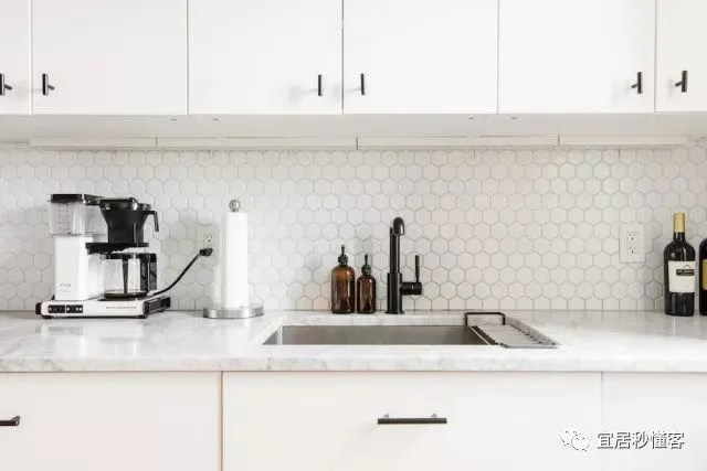modular kitchen usa cabinet knobs cheap 看美国三口之家 如何把开放式大厨房塞进两室一厅 腾讯网 厨房是我们家生活的核心 所以我们就利用宜家模块化的优点 做了大量储物空间 大冰箱也嵌入进去了