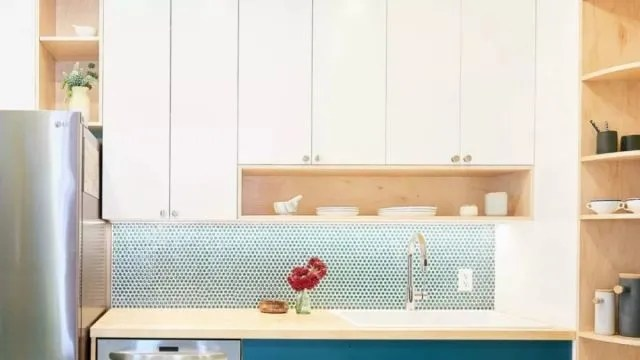redesigning a kitchen country french kitchens 看腻了黑白灰的厨房 亮色设计给家增色 腾讯网 厨房 一个烹饪食物的场所同时更是一家人重要的日常交流空间 从早晨起来第一口牛奶 到晚上全家人坐下来欢享晚宴 厨房既是家的象征也是家的缩影