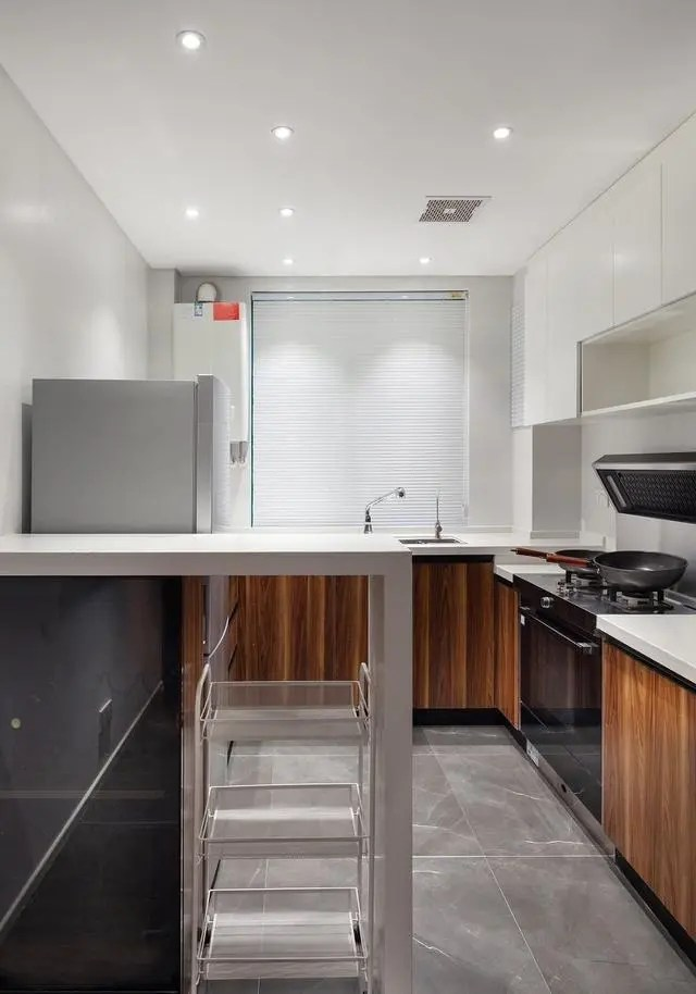 kitchen drawer slides 48 sink base cabinet 155平现代化木系新家 厨房做吧台 最满意阳台的装修 一直想要一个小吧台的设计 正好就做在厨房了 底下的透明抽屉是可以移动的置物架 吧台用来放一些当天准备的时蔬 橱柜使用深色木系耐脏易清洁