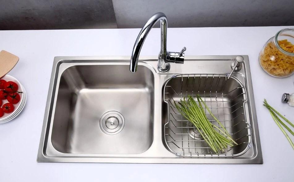 kitchen sink materials faucet delta 厨房水槽怎么选 单水槽双水槽 无所谓 认准这 两点 就行 厨房水槽材料