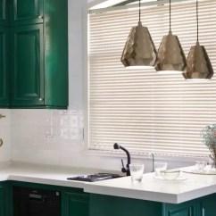Travertine Kitchen Backsplash Aluminum Chairs 180 精致大宅 彰显 法式轻奢 的浪漫 棱角鲜明的橱柜与纹理变幻莫测的浅色地砖形成对比 黑色和金属色相间的吊灯也为厨房增添了一种高贵的气息