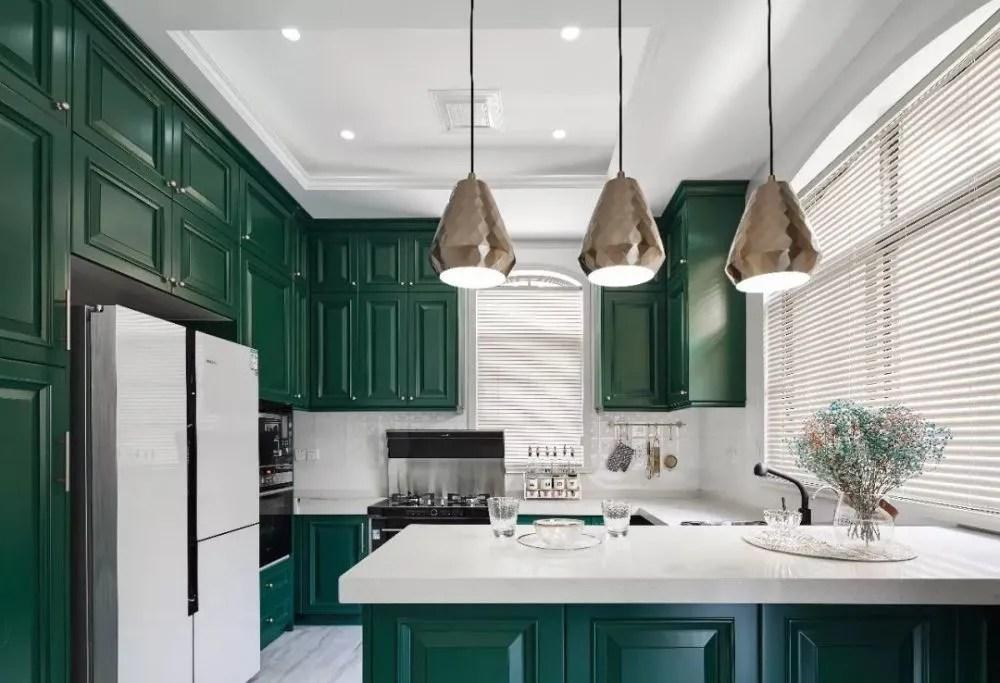 travertine kitchen backsplash remodeling 180 精致大宅 彰显 法式轻奢 的浪漫 棱角鲜明的橱柜与纹理变幻莫测的浅色地砖形成对比 黑色和金属色相间的吊灯也为厨房增添了一种高贵的气息