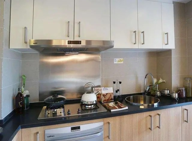 kitchen hood small apartment table 厨房油烟机万万要这样使用 有钱人一看就懂 难怪越住越健康 对于厨房来说 抽油烟机是一个不可缺少的家用电器 因为抽油烟机在我们烹饪的过程当中 它可以快速的净化厨房的整体环境 把油烟迅速的排出室外