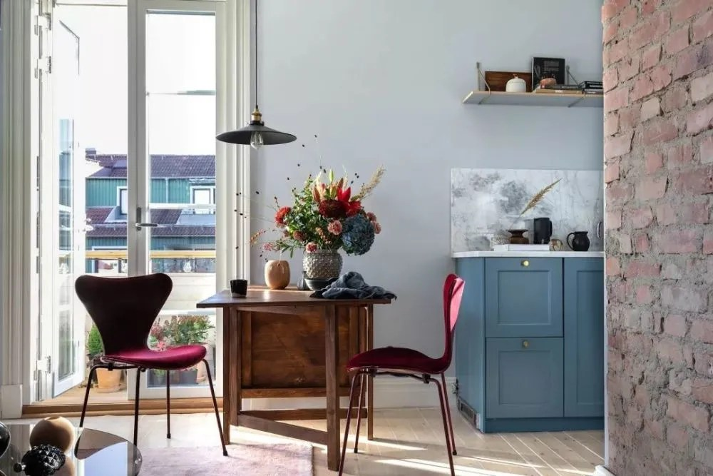 burgundy kitchen decor light for 蓝色 勃艮第红 北欧47平米小公寓 餐区 厨房