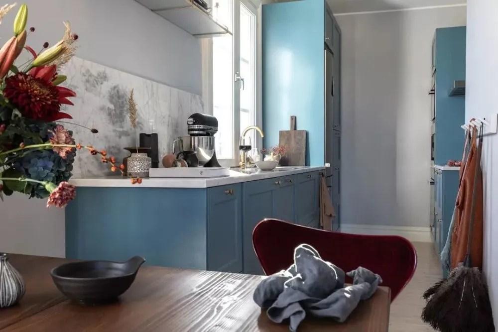 burgundy kitchen decor pan 蓝色 勃艮第红 北欧47平米小公寓 厨房