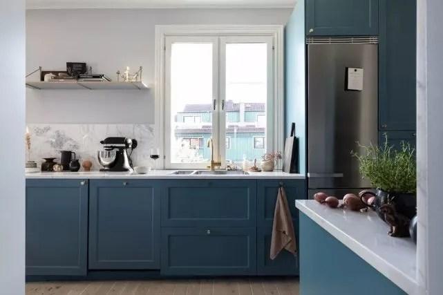 burgundy kitchen decor sink grids 蓝色 勃艮第红 北欧47平米小公寓 厨房 图片