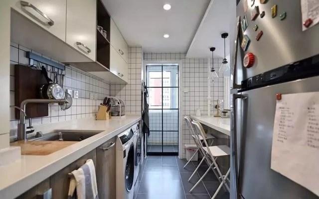 kitchen direct track lighting 买房到装修靠自己 98 简装一番 厨房开个窗 吧台和隔断齐了 沙发墙后面就是厨房 直接将墙体砸了掏出一个开放式格局的窗户 厨房内部安装吧台打造成一个茶水间 喝茶聊天还能看电视 很浪漫