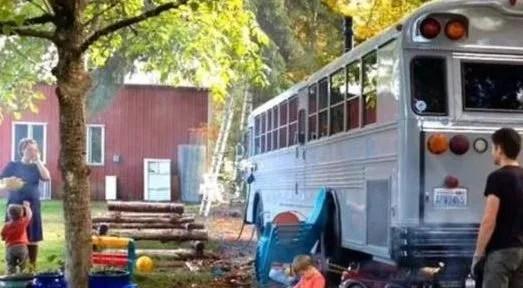 kitchen prep cart discount cabinets las vegas 父亲花费一万元购买公交车 全家五口住进去像天堂 花了近半年的时间约翰逊自己改造了公交车 等到准备居住的时候 妻子与儿子进门的一瞬间就感觉是天堂