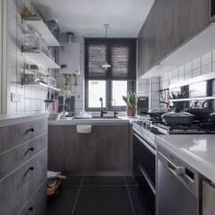 Black Kitchen Table And Chairs Throw Rugs 76平的简约风小户型二居室 半开放式厨房宽敞又好看 厨房内部选择了灰色 黑色 白色和木色的结合 一侧的墙面上用隔板来代替吊柜 既有收纳又不会显得那么压抑