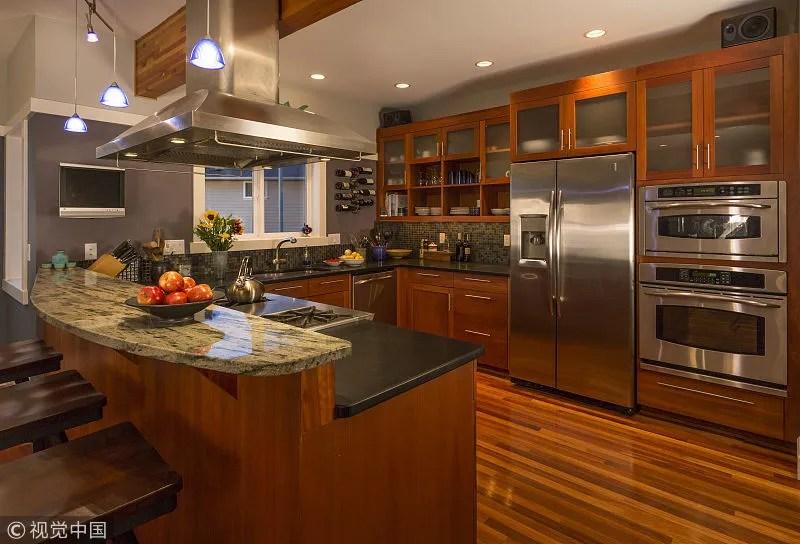 lighting kitchen small apartment 新房装修 盘点厨房照明常见的四大误区 厨房的照明一般来说不需要考虑功率问题 但如果是在装修时与大功率的电器串联 后期使用时就可能会出现跳闸的现象 所以即便是厨房里有多台大功率的电器 也不要与 照明