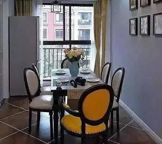 kitchen table set with bench outdoor flat top grill 80平房18万装修 清爽小资风 彩色瓷砖装厨房 这设计很精彩 餐厅的空间是属于那种比较长的款式 而且窗户会让餐厅变得更加的宽敞明亮 木质的餐桌椅摆放在这里会显得更加的大气 就算是把冰箱给放在角落之中也不会有着突兀的