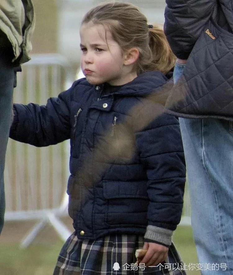 夏洛特公主4歲生日照公布:梳馬尾歡樂奔跑,神態好似奶奶戴妃