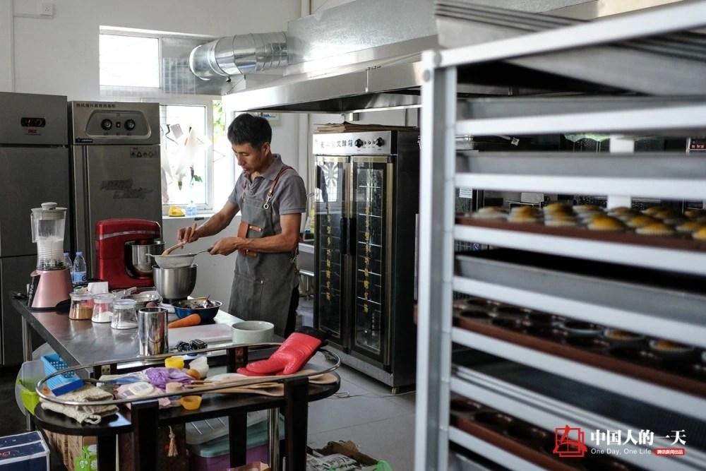中国人的一天:他博士毕业放弃美国绿卡 和妻子养了35个孩子花掉300万